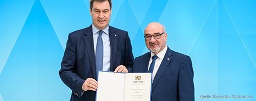 Der Bayerische Ministerpräsident Markus Söder MdL überreicht dem Patienten- und Pflegebeauftragten die Ernennungsurkunde.