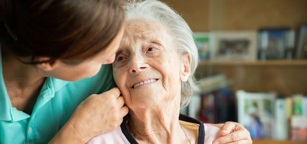 Ältere Dame mit häuslicher Pflegekraft