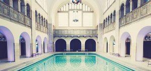 Innenaufnahme eines Schwimmbads