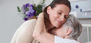 Umarmung Seniorin und ihre Tochter