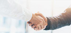 Handschlag zwischen Arzt und Patient