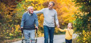 Drei Generationen Männer beim Spaziergang