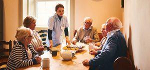 Krankenschwester mit Senioren in Pflegeheim