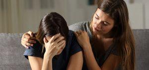 Jugendliche tröstet ihre traurige Freundin